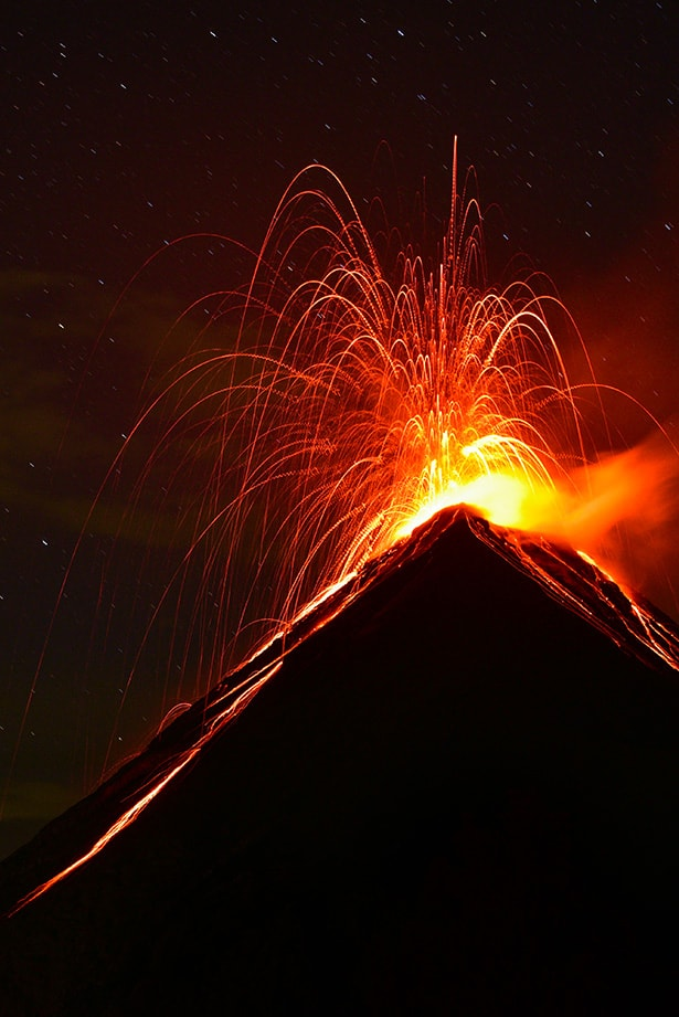 Volcan de fuego eruption at night